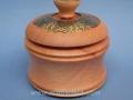 Caja joyero torneado de madera de cedro de Brasil con decoración de latón envejecido al ácido de la artesana Teresa Aliagas. Torneados Artmadera.