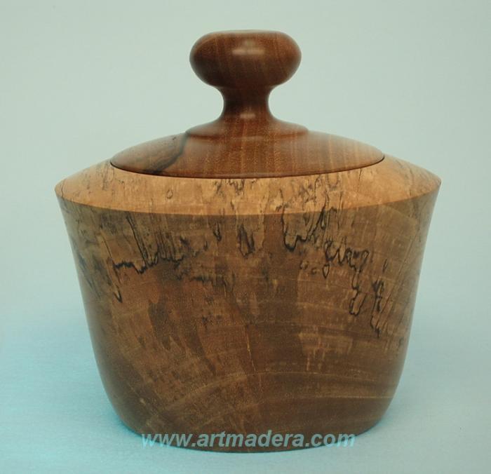 Joyero de madera pasmada de nogal.